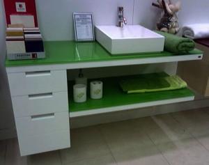 Mueble de baño con encimera en verde