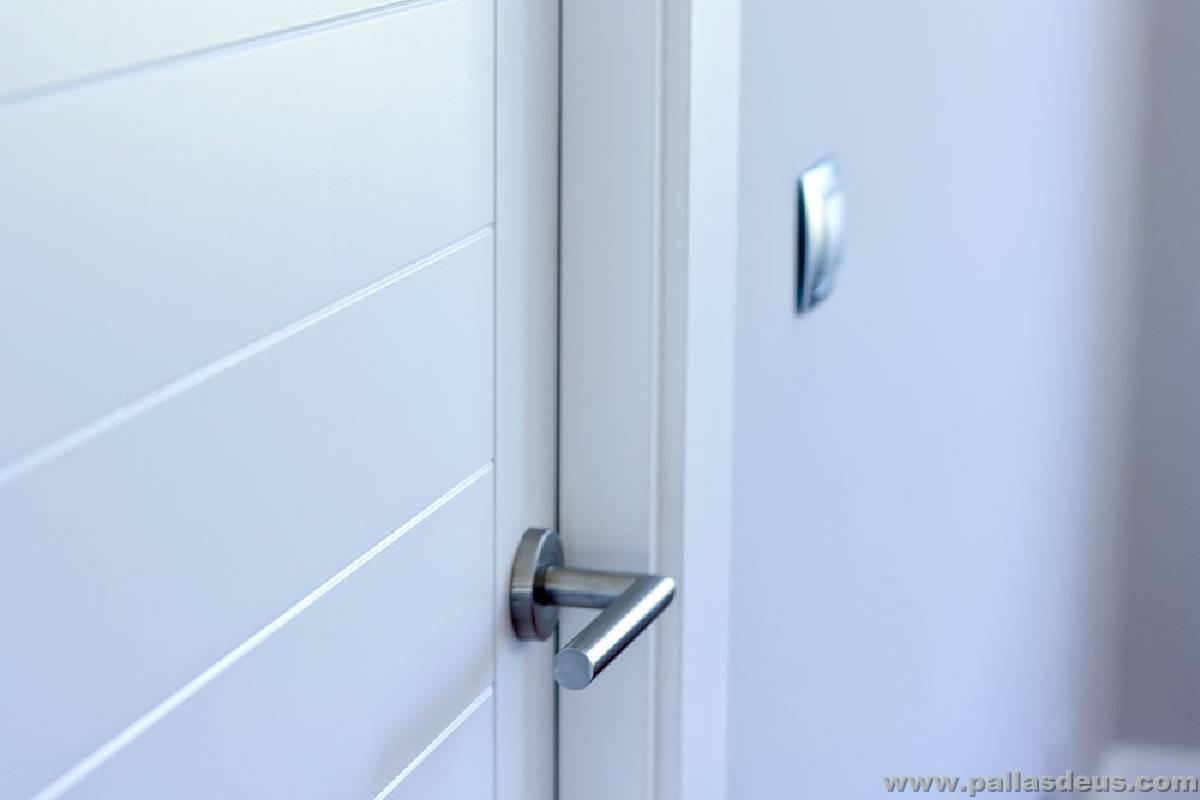 Puertas de interior a medida carpinter a pallas deus for Puertas blancas modernas
